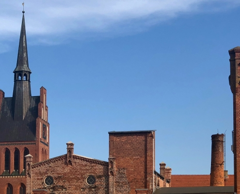 Alte Lederfabrik und Turm der Georgskirche